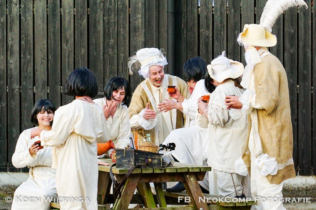 """Openluchtspel van """"De Twee Wezen"""" van Speelgroep Leek bij Landgoedboerderij Oosterheerdt in Leek."""