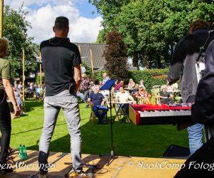 2020-07-26 Peize – Brinkpop in de tuun – Greymen speelt de tuin van Café Ensing plat.