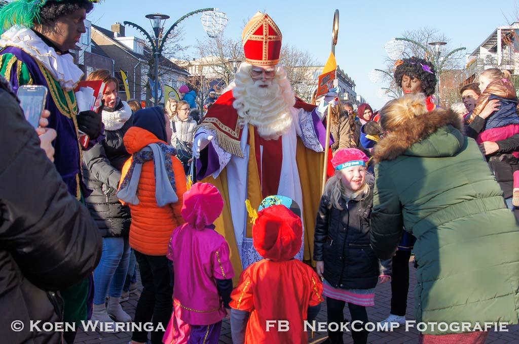 Zeer warm onthaal in Roden voor Sinterklaas en zijn Zwarte Pieten.